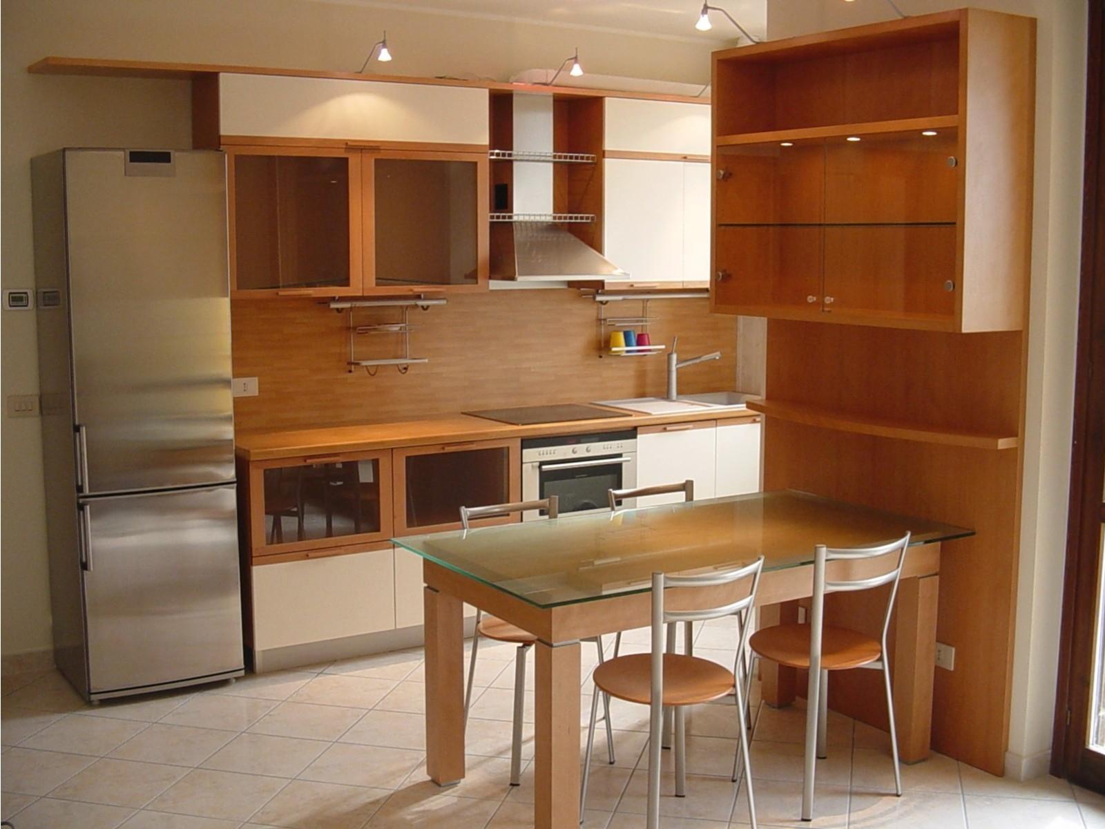 cucina-in-faggio-semi-evaporato-con-pannelli-laccati-panna1