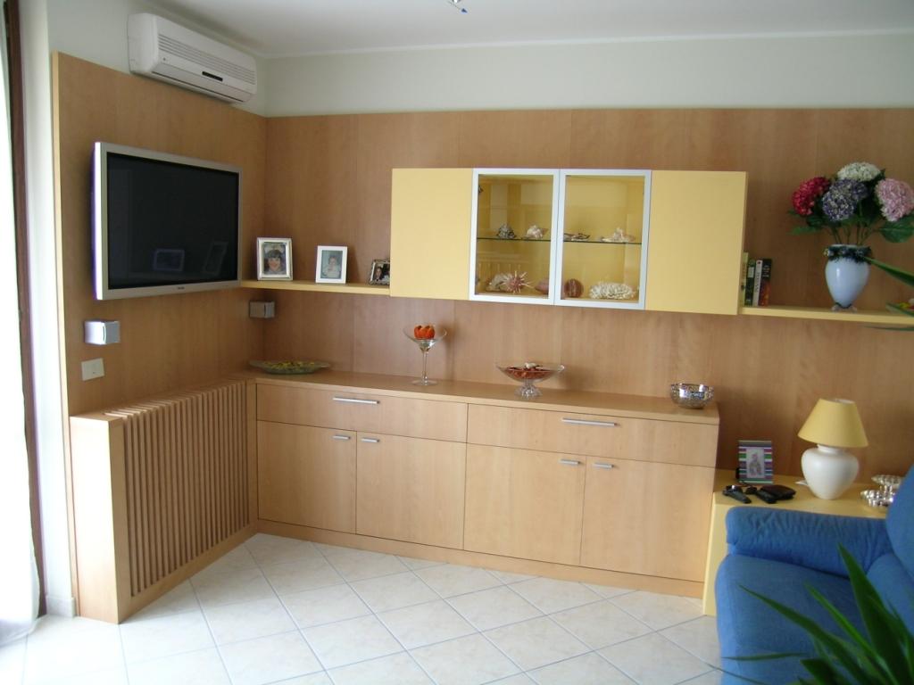 sala-in-faggio-semi-evaporato-e-laccato-goffrato-giallo1